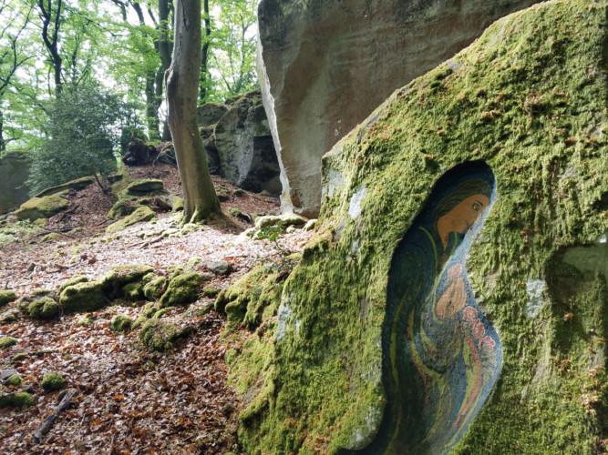 Retreat in Deutschland: Auf dem Jakobsweg ist eine Figur in einen Stein eingraviert