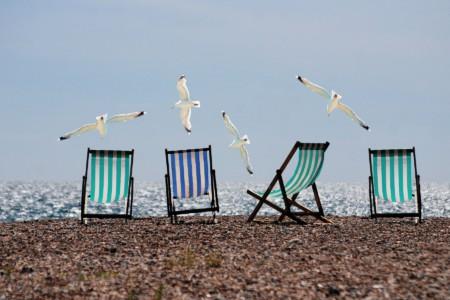 Corona-Sommer: Leere Liegen und keine Menschen an einem Strand